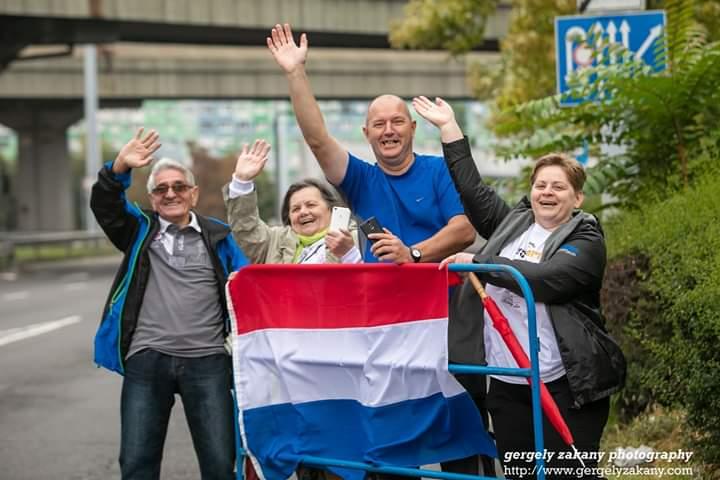 Speciale support van mama, papa, zus en zwager van Gaby tijdens halve marathon van Budapest